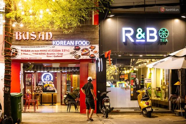 Quán xá Sài Gòn lao đao giữa mùa dịch: Thông báo bán mang đi nhưng nhiều nơi vẫn vắng hoe, khung cảnh ảm đạm bao trùm nhiều tuyến phố - Ảnh 2.
