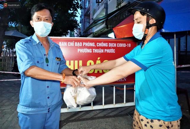 Ấm lòng những suất ăn khuya tiếp sức cho tuyến đầu chống dịch Covid-19 ở Đà Nẵng - Ảnh 2.