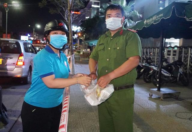 Ấm lòng những suất ăn khuya tiếp sức cho tuyến đầu chống dịch Covid-19 ở Đà Nẵng - Ảnh 3.
