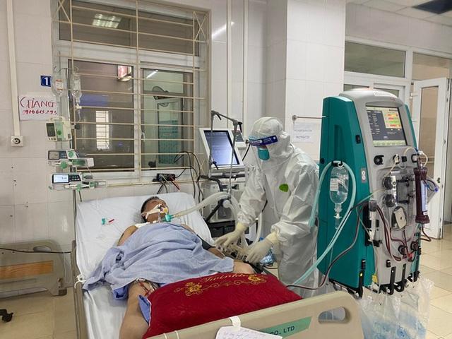 Hình ảnh xúc động: Đội phản ứng nhanh BV Chợ Rẫy túc trực ngày đêm điều trị cho các bệnh nhân nặng tại tâm dịch Bắc Giang - Ảnh 2.