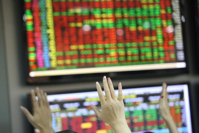 Chứng khoán tiền vào cuồn cuộn, BĐS nhấp nhổm ngóng nhà đầu tư quay lại  - Ảnh 1.