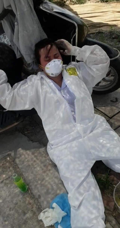 Nhân viên y tế nơi tuyến đầu chống dịch kiệt sức, gần như gục ngã khi căng mình lấy mẫu test COVID-19 giữa trưa nắng 40 độ - Ảnh 2.