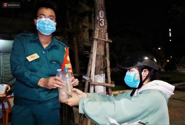 Ấm lòng những suất ăn khuya tiếp sức cho tuyến đầu chống dịch Covid-19 ở Đà Nẵng - Ảnh 12.