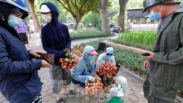 Vải thiều Bắc Giang được bán với giá 20.000 đồng/kg ở Thủ đô - Ảnh 12.