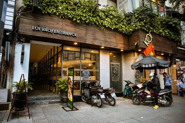Quán xá Sài Gòn lao đao giữa mùa dịch: Thông báo bán mang đi nhưng nhiều nơi vẫn vắng hoe, khung cảnh ảm đạm bao trùm nhiều tuyến phố - Ảnh 12.