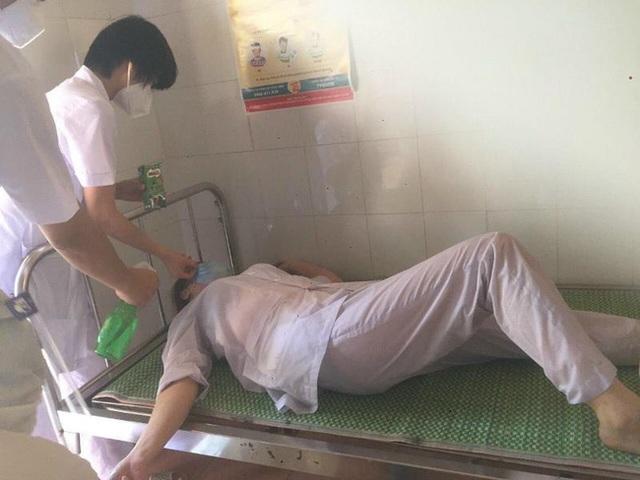 Nhân viên y tế nơi tuyến đầu chống dịch kiệt sức, gần như gục ngã khi căng mình lấy mẫu test COVID-19 giữa trưa nắng 40 độ - Ảnh 12.