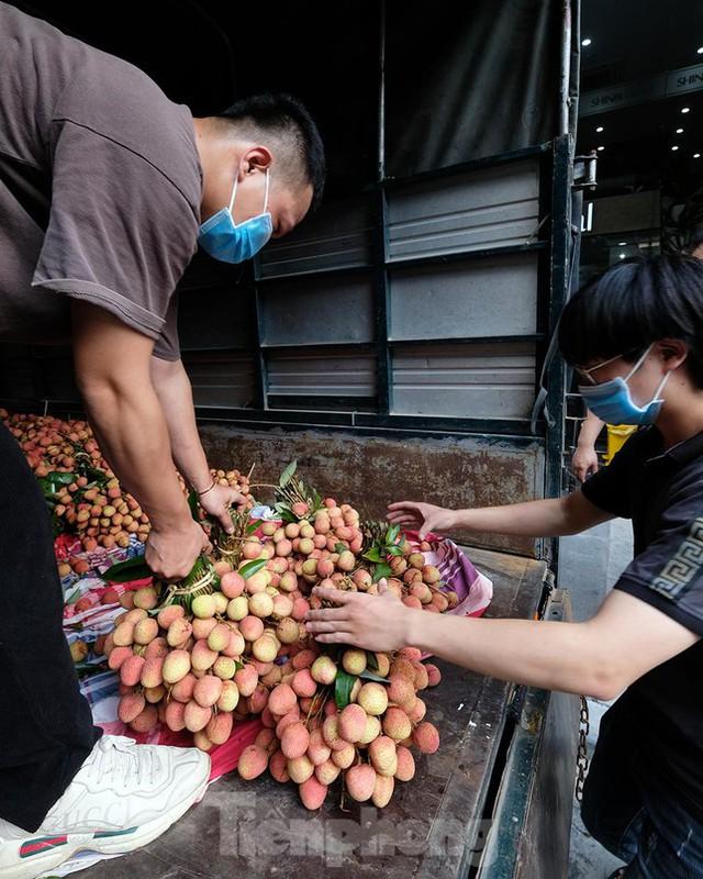 Vải thiều Bắc Giang được bán với giá 20.000 đồng/kg ở Thủ đô - Ảnh 13.