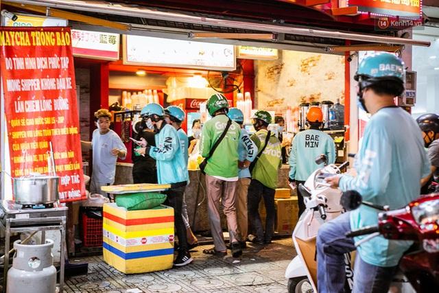 Quán xá Sài Gòn lao đao giữa mùa dịch: Thông báo bán mang đi nhưng nhiều nơi vẫn vắng hoe, khung cảnh ảm đạm bao trùm nhiều tuyến phố - Ảnh 17.