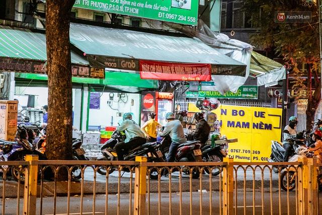Quán xá Sài Gòn lao đao giữa mùa dịch: Thông báo bán mang đi nhưng nhiều nơi vẫn vắng hoe, khung cảnh ảm đạm bao trùm nhiều tuyến phố - Ảnh 18.