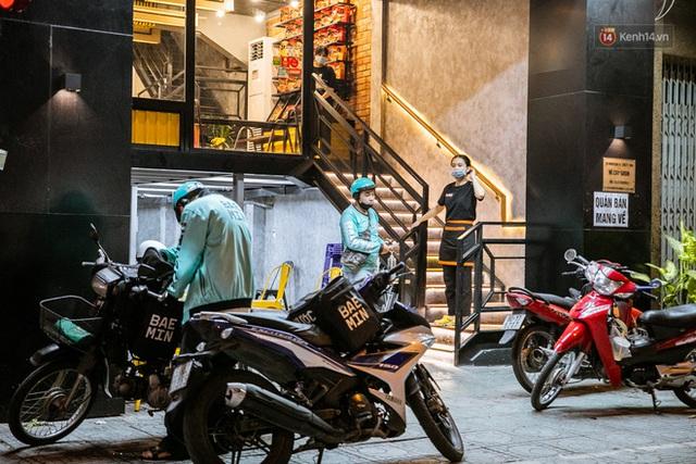 Quán xá Sài Gòn lao đao giữa mùa dịch: Thông báo bán mang đi nhưng nhiều nơi vẫn vắng hoe, khung cảnh ảm đạm bao trùm nhiều tuyến phố - Ảnh 19.