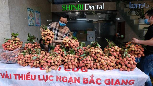 Vải thiều Bắc Giang được bán với giá 20.000 đồng/kg ở Thủ đô - Ảnh 3.