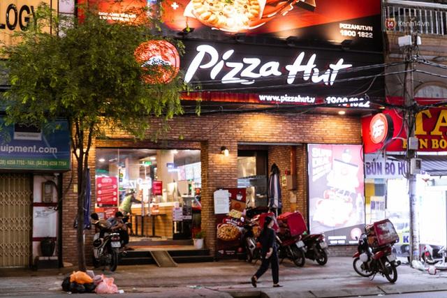 Quán xá Sài Gòn lao đao giữa mùa dịch: Thông báo bán mang đi nhưng nhiều nơi vẫn vắng hoe, khung cảnh ảm đạm bao trùm nhiều tuyến phố - Ảnh 3.