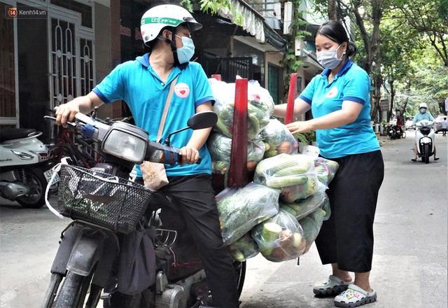 Ấm lòng những suất ăn khuya tiếp sức cho tuyến đầu chống dịch Covid-19 ở Đà Nẵng - Ảnh 4.