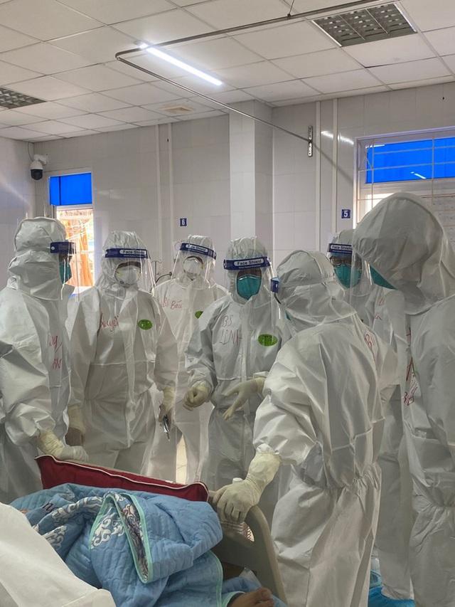Hình ảnh xúc động: Đội phản ứng nhanh BV Chợ Rẫy túc trực ngày đêm điều trị cho các bệnh nhân nặng tại tâm dịch Bắc Giang - Ảnh 3.