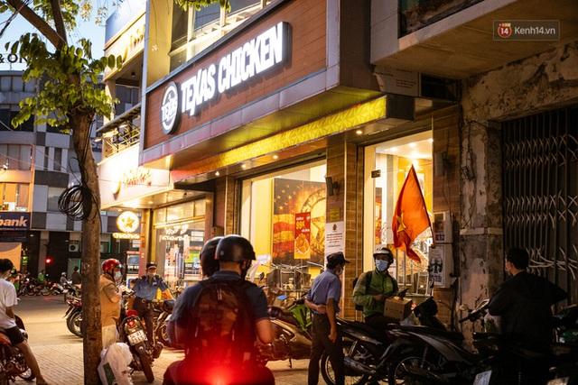 Quán xá Sài Gòn lao đao giữa mùa dịch: Thông báo bán mang đi nhưng nhiều nơi vẫn vắng hoe, khung cảnh ảm đạm bao trùm nhiều tuyến phố - Ảnh 22.