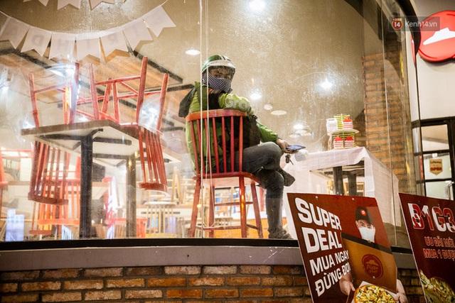 Quán xá Sài Gòn lao đao giữa mùa dịch: Thông báo bán mang đi nhưng nhiều nơi vẫn vắng hoe, khung cảnh ảm đạm bao trùm nhiều tuyến phố - Ảnh 24.