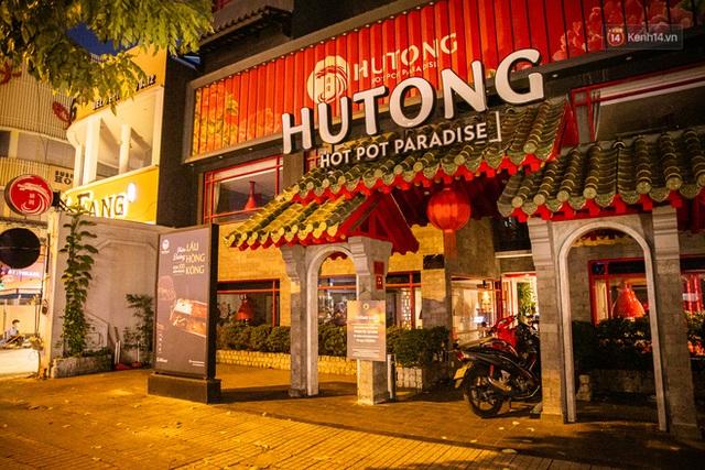 Quán xá Sài Gòn lao đao giữa mùa dịch: Thông báo bán mang đi nhưng nhiều nơi vẫn vắng hoe, khung cảnh ảm đạm bao trùm nhiều tuyến phố - Ảnh 26.