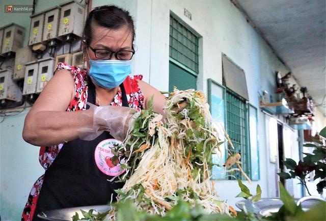 Ấm lòng những suất ăn khuya tiếp sức cho tuyến đầu chống dịch Covid-19 ở Đà Nẵng - Ảnh 5.
