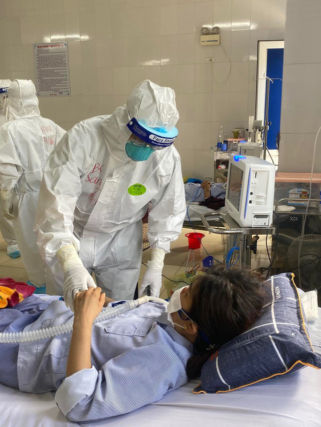 Hình ảnh xúc động: Đội phản ứng nhanh BV Chợ Rẫy túc trực ngày đêm điều trị cho các bệnh nhân nặng tại tâm dịch Bắc Giang - Ảnh 4.