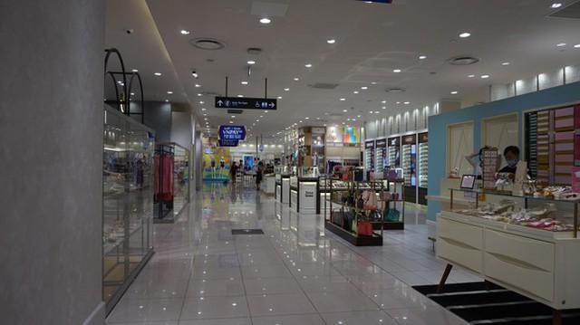 Phố mua sắm sầm uất bậc nhất TPHCM tĩnh lặng lạ thường  - Ảnh 4.