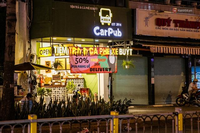 Quán xá Sài Gòn lao đao giữa mùa dịch: Thông báo bán mang đi nhưng nhiều nơi vẫn vắng hoe, khung cảnh ảm đạm bao trùm nhiều tuyến phố - Ảnh 33.