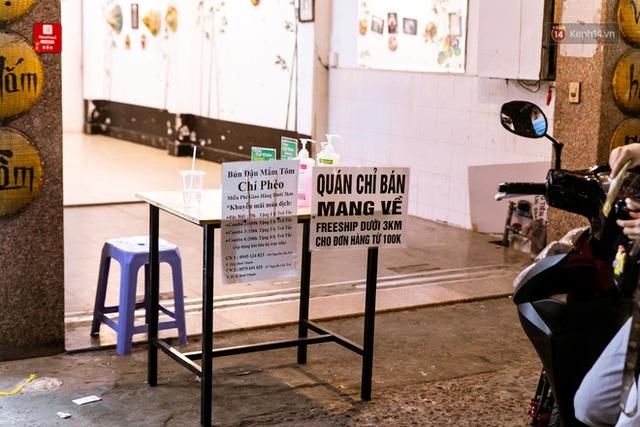 Quán xá Sài Gòn lao đao giữa mùa dịch: Thông báo bán mang đi nhưng nhiều nơi vẫn vắng hoe, khung cảnh ảm đạm bao trùm nhiều tuyến phố - Ảnh 35.
