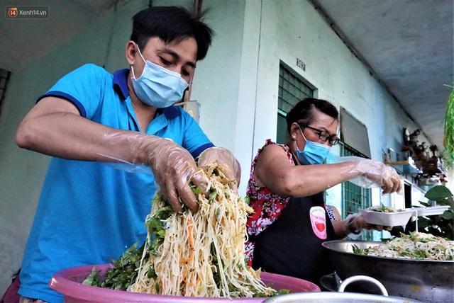 Ấm lòng những suất ăn khuya tiếp sức cho tuyến đầu chống dịch Covid-19 ở Đà Nẵng - Ảnh 6.
