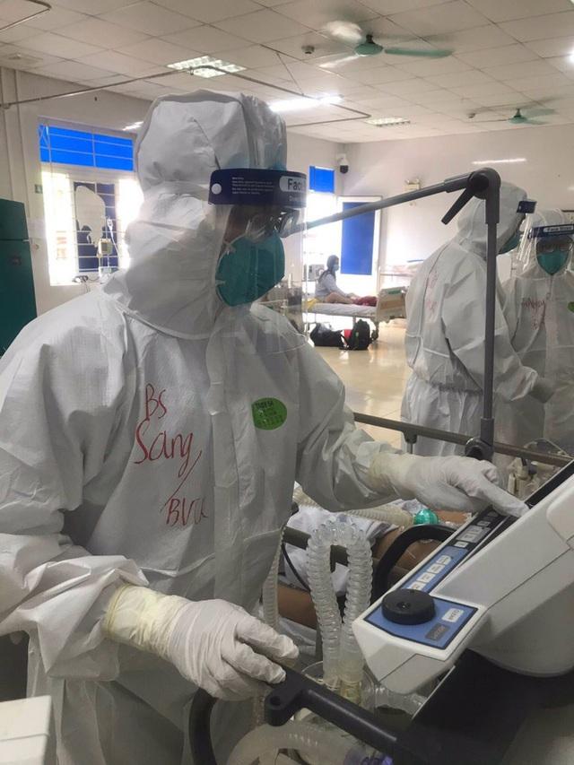 Hình ảnh xúc động: Đội phản ứng nhanh BV Chợ Rẫy túc trực ngày đêm điều trị cho các bệnh nhân nặng tại tâm dịch Bắc Giang - Ảnh 5.