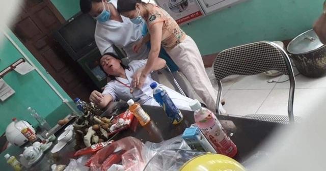 Nhân viên y tế nơi tuyến đầu chống dịch kiệt sức, gần như gục ngã khi căng mình lấy mẫu test COVID-19 giữa trưa nắng 40 độ - Ảnh 5.