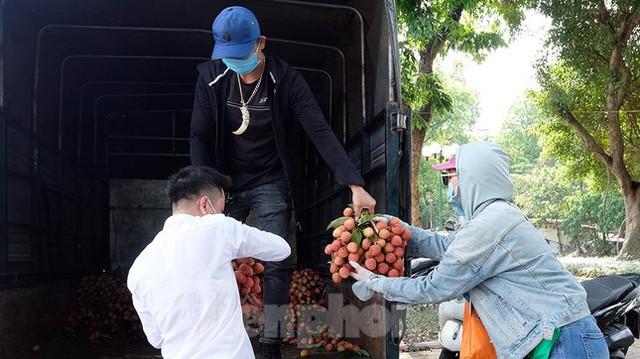 Vải thiều Bắc Giang được bán với giá 20.000 đồng/kg ở Thủ đô - Ảnh 6.
