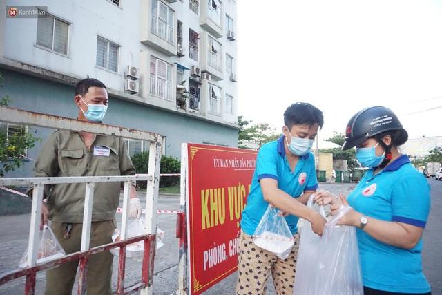 Ấm lòng những suất ăn khuya tiếp sức cho tuyến đầu chống dịch Covid-19 ở Đà Nẵng - Ảnh 7.