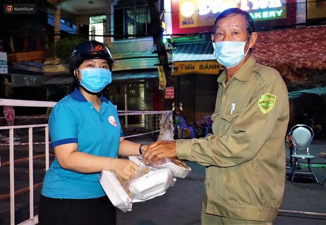 Ấm lòng những suất ăn khuya tiếp sức cho tuyến đầu chống dịch Covid-19 ở Đà Nẵng - Ảnh 8.