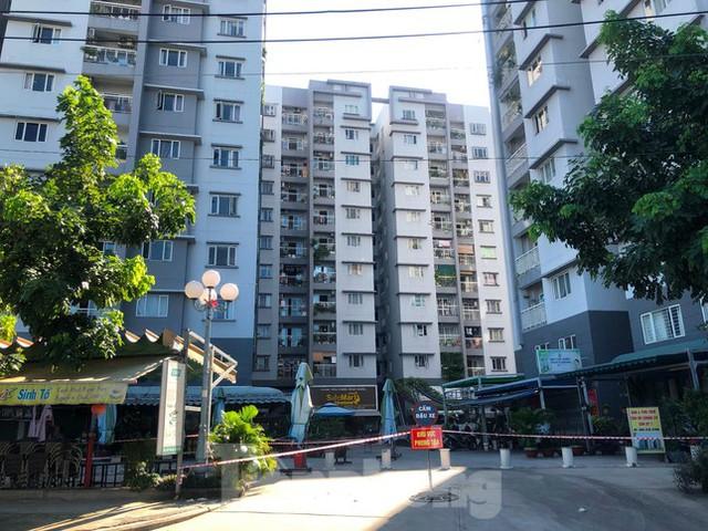 Cận cảnh nhịp sống trong các khu chung cư bị phong tỏa ở TPHCM  - Ảnh 7.