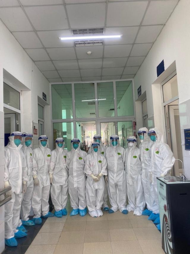 Hình ảnh xúc động: Đội phản ứng nhanh BV Chợ Rẫy túc trực ngày đêm điều trị cho các bệnh nhân nặng tại tâm dịch Bắc Giang - Ảnh 8.