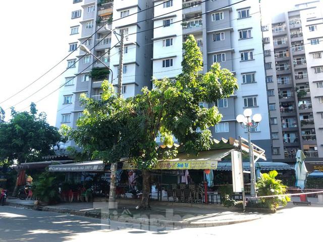 Cận cảnh nhịp sống trong các khu chung cư bị phong tỏa ở TPHCM  - Ảnh 8.