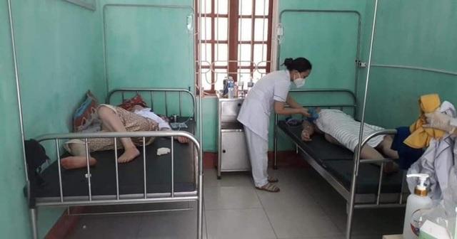Nhân viên y tế nơi tuyến đầu chống dịch kiệt sức, gần như gục ngã khi căng mình lấy mẫu test COVID-19 giữa trưa nắng 40 độ - Ảnh 8.