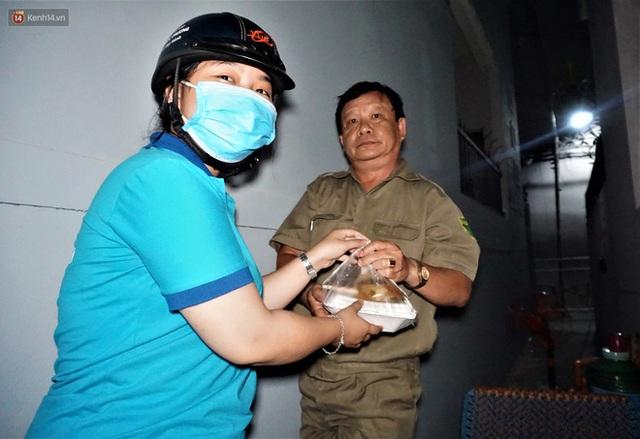 Ấm lòng những suất ăn khuya tiếp sức cho tuyến đầu chống dịch Covid-19 ở Đà Nẵng - Ảnh 10.