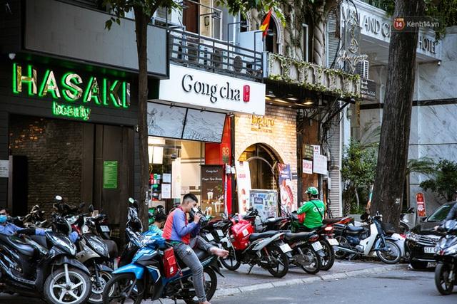Quán xá Sài Gòn lao đao giữa mùa dịch: Thông báo bán mang đi nhưng nhiều nơi vẫn vắng hoe, khung cảnh ảm đạm bao trùm nhiều tuyến phố - Ảnh 10.