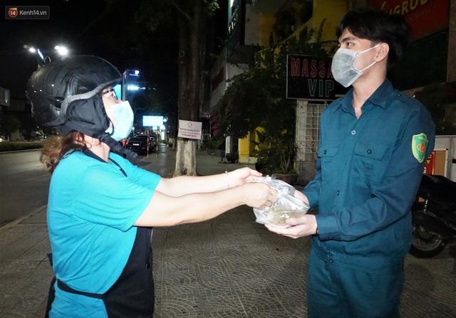 Ấm lòng những suất ăn khuya tiếp sức cho tuyến đầu chống dịch Covid-19 ở Đà Nẵng - Ảnh 11.
