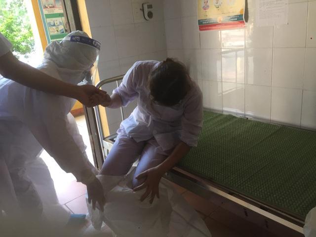 Nhân viên y tế nơi tuyến đầu chống dịch kiệt sức, gần như gục ngã khi căng mình lấy mẫu test COVID-19 giữa trưa nắng 40 độ - Ảnh 10.