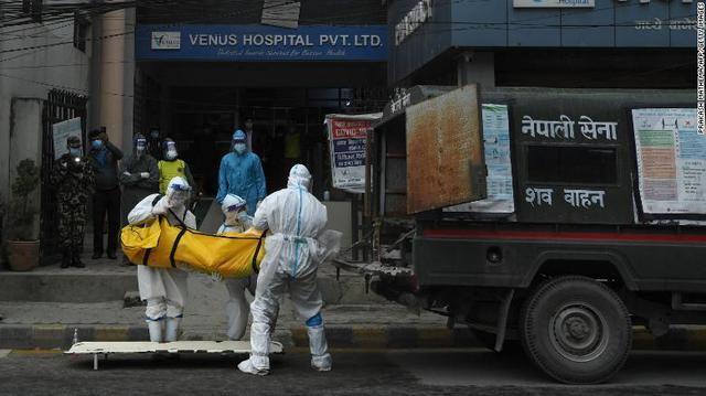 Thế giới lo lắng khi nhà sản xuất vắc xin COVID-19 lớn nhất dừng xuất khẩu - Ảnh 1.