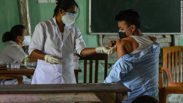 Thế giới lo lắng khi nhà sản xuất vắc xin COVID-19 lớn nhất dừng xuất khẩu - Ảnh 2.