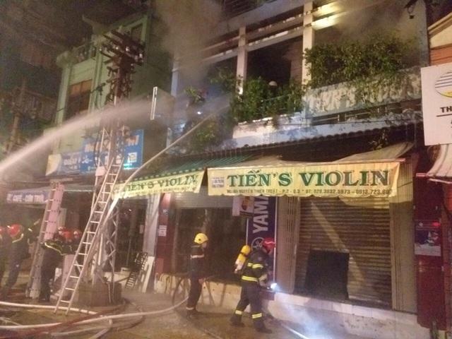 Cháy nhà 4 tầng trên đường Nguyễn Thiện Thuật, quận 3 - TP HCM  - Ảnh 1.