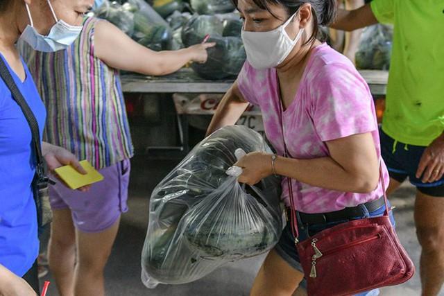 Xuyên đêm giải cứu dưa hấu từ vùng dịch Bắc Giang - Ảnh 2.