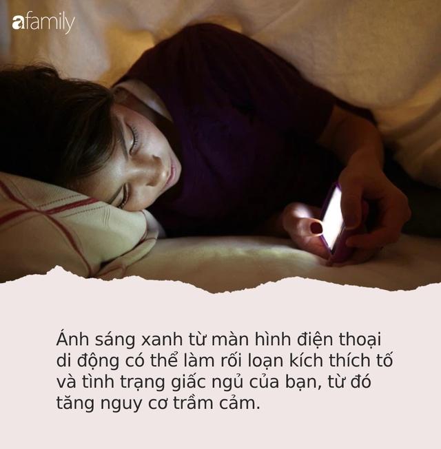 Thời điểm nguy hiểm nhất trong ngày bạn không nên dùng điện thoại vì có thể làm hỏng võng mạc, gây trầm cảm và ung thư - Ảnh 1.