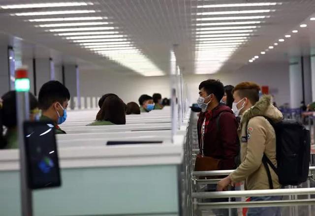 Hỏa tốc yêu cầu tiếp tục dừng nhập cảnh hành khách tại Tân Sơn Nhất và Nội Bài  - Ảnh 1.