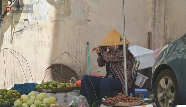 Nắng nóng đỉnh điểm từ đầu hè lên đến 40 độ C tại Hà Nội: Nhựa đường tan chảy, người dân dùng nước tưới đường giữa trưa - Ảnh 12.