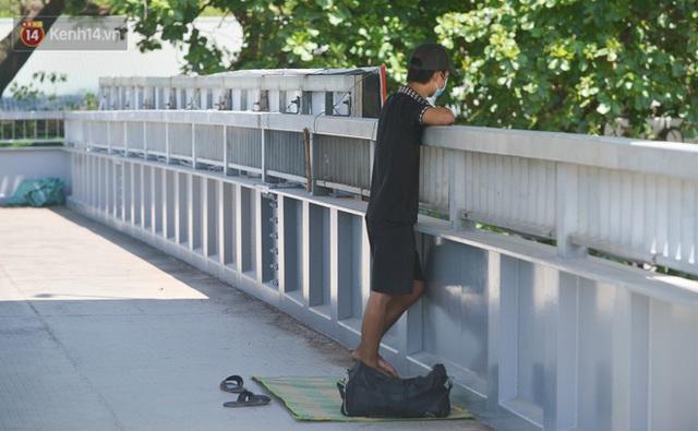 Nắng nóng đỉnh điểm từ đầu hè lên đến 40 độ C tại Hà Nội: Nhựa đường tan chảy, người dân dùng nước tưới đường giữa trưa - Ảnh 13.