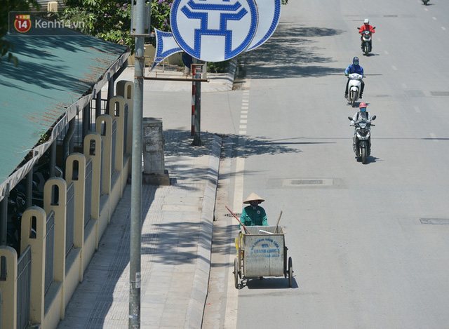 Nắng nóng đỉnh điểm từ đầu hè lên đến 40 độ C tại Hà Nội: Nhựa đường tan chảy, người dân dùng nước tưới đường giữa trưa - Ảnh 14.