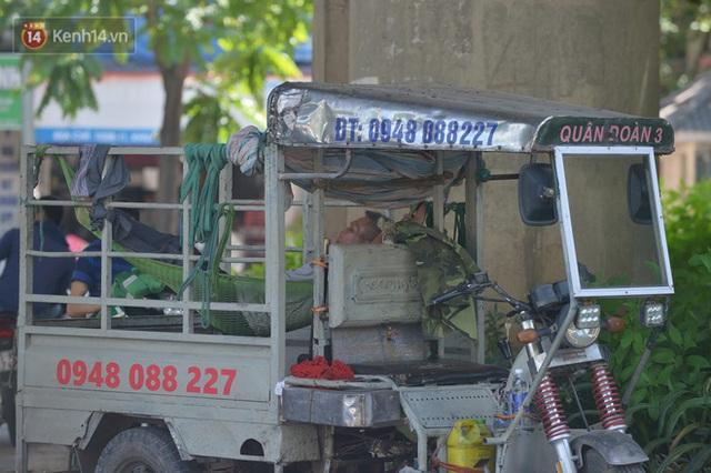 Nắng nóng đỉnh điểm từ đầu hè lên đến 40 độ C tại Hà Nội: Nhựa đường tan chảy, người dân dùng nước tưới đường giữa trưa - Ảnh 16.